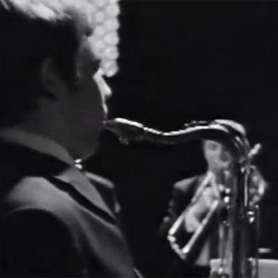 Esa Pethman soittaa saksofonia ohjelmassa Musiikin maailmasta.