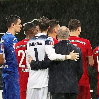 Hoffenheim- och Bayernspelare står på rad.