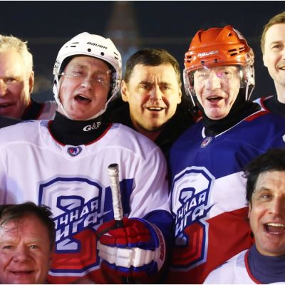 Jari Kurri till vänster, Vladimir Putin (vit hjälm) och Vladimir Potanin (röd hjälm) till höger.