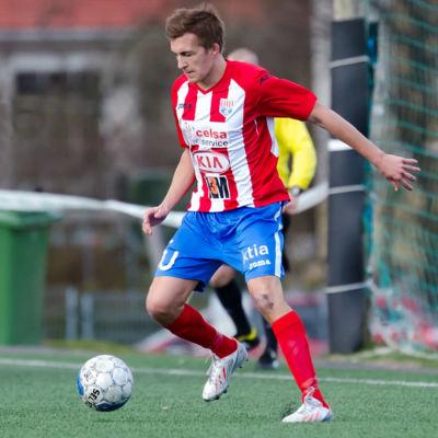 Oscar Hafström dribblar med bollen.
