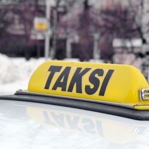 Valomainos taksin katolla.
