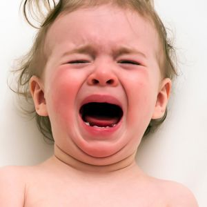 Lapsi itkee.
