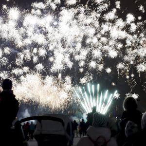 Perheitä Helsingin Kansalaistorilla järjestetyssä lasten ilotulituksessa uudenvuodenaattona 31. joulukuuta 2017.