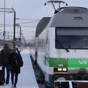 Matkustajia nousemassa Helsingin-junaan Turun päärautatieasemalla.