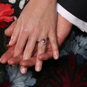 Kihlaparin käsistä lähikuva. Eugenien sormus säteilee kilpaa morsiamen hymyn kanssa.