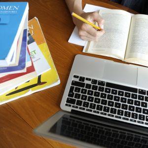 Opiskelija opiskelee.