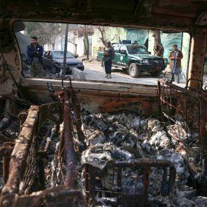 Turvallisuusviranomaisia Pelastakaa lapset -järjestön toimistoon tehdyn iskun tapahtumapaikalla Jalalabadissa 25. tammikuuta.