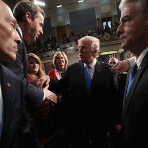 Trump poistumassa kongressista puheensa jälkeen