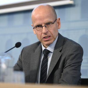Valtiosihteeri Martti Hetemäki tiedotustilaisuudessa työllisyysryhmän raportista.
