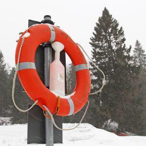 Pelastusrengas lumisateessa