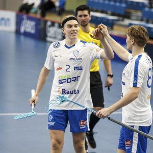 Aaro Astala ja Otto Lehkosuo tuulettavat maalia.