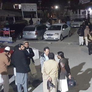 Pakistanin armeijan sotilaat turvaavat Saidu Sharif -sairaalaa, jossa haavoittuneet itsemurhapommi-iskujen uhrit saavat hoitoa Swatissa.