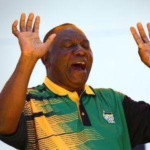 Cyril Ramaphosa saattaa olla seuraava Etelä-Afrikan presidentti. Ramaphosa tervehtii molempia käsiä nostamalla ennen puhettaan.
