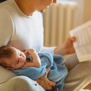 Vauvalle luetaan kirjaa.
