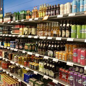 Olut- ja siiderihyllyjä kaupassa.
