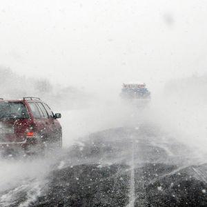 Lumi pöllyää ajotiellä Ruotsissa.