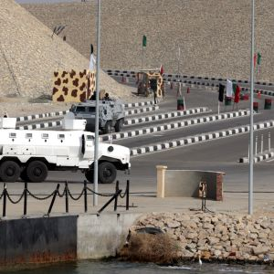 Egyptin armeijan panssaroitu ajoneuvo asemissa Suezin kanavan lähellä.