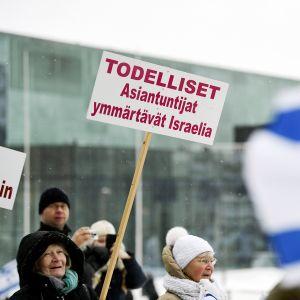 Mielenosoittajia Israel-ystävyystoimikunnan järjestämällä tukimarssilla Helsingissä 11. helmikuuta. Tukimarssilla vastustetaan politiikkaa, jonka tarkoituksena on Israelin ja Jerusaleminen jakaminen.