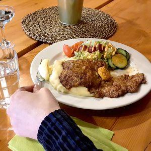 Perunamuusia, pihvi ja salaattia lautasella lounastunnilla.