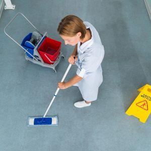 Siivoaja työssään