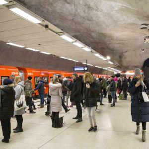Metrojuna seisoo Kampin metroasemalla.