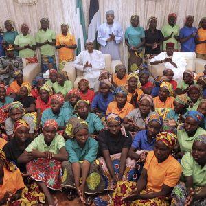 Nigerian presidentti Muhammadu Buhari tapasi vapautettuja Chibokin kaupungin koulutyttöjä.