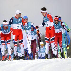 Miesten 50 kilometrin hiihto Korean olympialaisissa. Norjalaiset jonon keulilla.