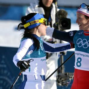 Krista Pärmäkoski halaamassa Marit Björgeniä.