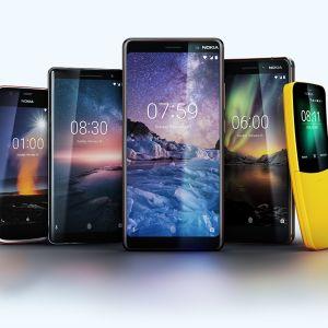 HMD Globalin julkistamat uudet Nokia-puhelimet. Edessä Nokia 8 Sirocco, oikealla reunalla retropuhelinn Nokia 8110.