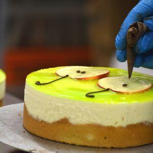 Leipuri pursottaa suklaata kakun päälle