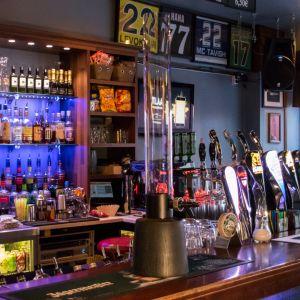 Oluttorni Lucky Monkeys baarissa Lappeenrannassa.