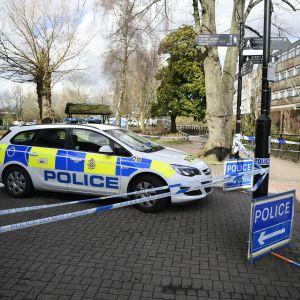 Poliisin nauhoilla eristämä alue Salisburyssa, Britanniassa. Poliisimies seisoo vartioimassa.