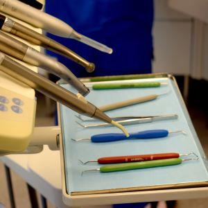 Hammaslääkärin instrumenttejä.