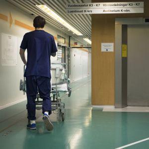 Sairaala-avustaja sairaalan käytävällä.