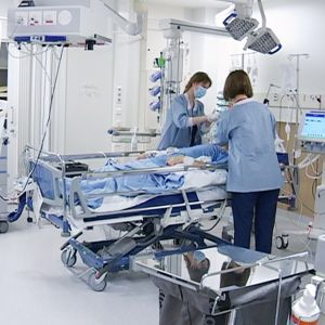 sairaanhoitajia ja potilas teho-osastolla
