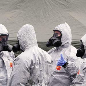 Suojapukuun pukeutuneet armeijan työntekijät tutkivat rikospaikkaa Salisburyssä.