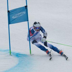 Santeri Kiiveri laskemassa Pyeongchangin paralympialaisten suurpujottelussa.
