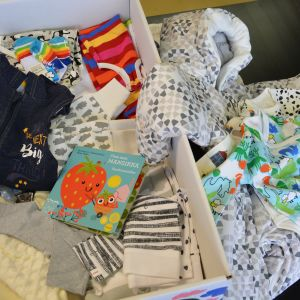 Äitiyspakkauksen tavaroita
