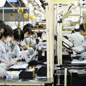 Tietokoneiden kooonpanoa Panasonicin Koben tehtaalla Japanissa.