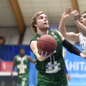 KTP:n Antto Nikkarinen ja Espoon Bluesin Samuel Haanpää vastakkain.