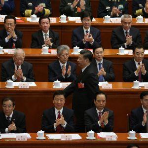 Kiinan presidentti Xi Jinping kävelee kansankongressin edustajien ohi.