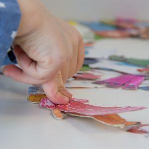 Lapset leikkimässä paperinukeilla.