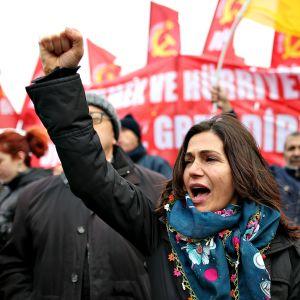 Nainen osoitti mieltään poikkeustilaa vastaan Istanbulissa tammikuussa.