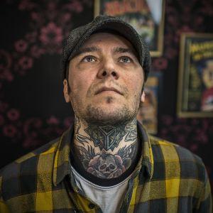 Tatuointi miehen kaulassa.