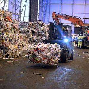 Kuva Fortumin muovinjalostamosta, trukki kuljettaa muovikierrätykseen meneviä kotitalouksista kerättyjä muovijätepaaleja