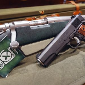 Remingtonin kivääri ja pistooli.