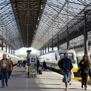 Helsingin rautatieasema ja junia