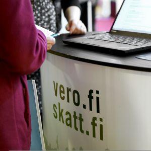 Verottajan neuvontapiste Vero2017-tapahtumassa Helsingissä.