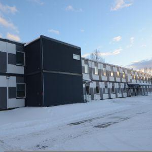 Väistötilarakennuksia Siilinjärven Ahmon koulun pihalla