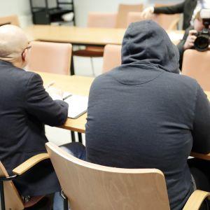 Syytetty ja asianajaja vangitsemisoikeudenkäynnissä Tampereella.